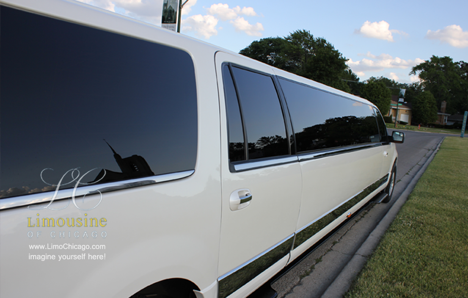 chicago-fleet-14-passenger-limo-navigator-ext-long-side